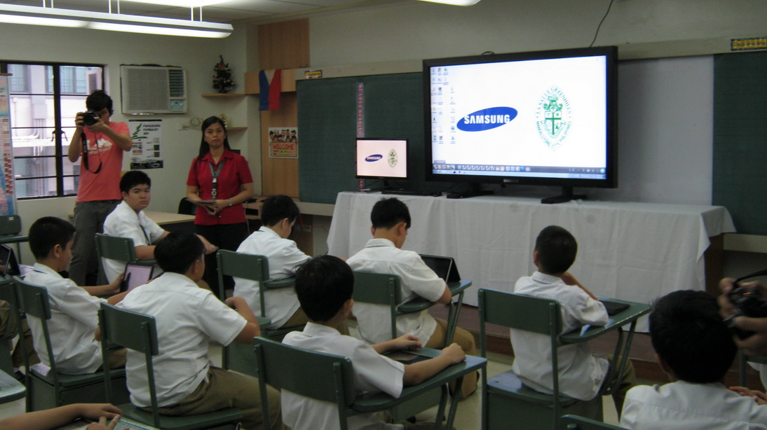 Embodying the enthusiasm that Samsung has for the project is a prototype 'E-board' that you see in this photo dominating the front of the classroom, which was loaned to La Salle Green Hills for this very showcase of technology and how the PEARL project is envisioned to be.