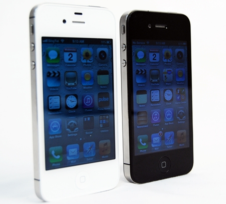 "The Apple iPhone 4 (right) suffered from the ""antennagate"" issue. Will the emerging ""batterygate"" plague the iPhone 4S (left)?"