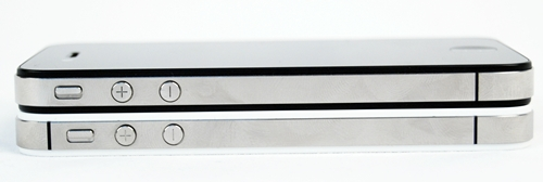 "With the addition of a second antenna, the iPhone 4S (below) is able to intelligently switch between the two antennas for better call quality. Notice the dual antenna strips on the new phone vs. the single strip on the older phone. This solved the ""Antennagate"" issue that plagued its predecessor."