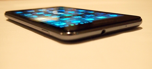 The round edges of the Samsung Galaxy Note helps in having a better handling of the massive device.