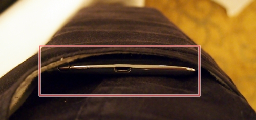 ... it fits perfectly fine! Fortunately, it doesn't feel heavy, nor caused a bulge to appear. We guess Samsung has done a bit of homework.