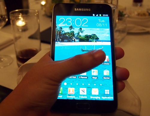 We tried stretching our finger to the other end but failed due to the huge display and width of the Samsung Galaxy Note.