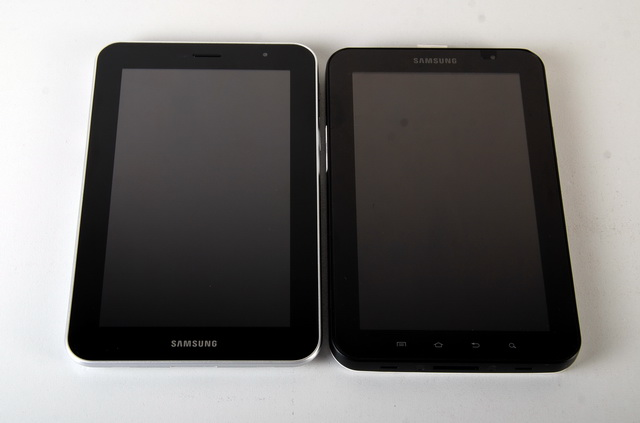 For the purpose of comparison, shown in the photo are the P6200 (left) and the P1000 (right), Samsung's 7-inch Galaxy Tab models. Notable here is the absence of the capacitive icons below the screen of the P6200.