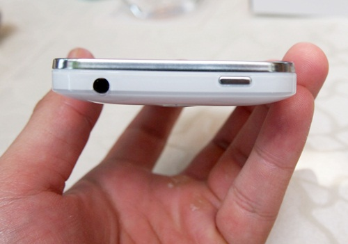 A Power button and 3.5mm audio output jack sit on top of the Huawei Honor.