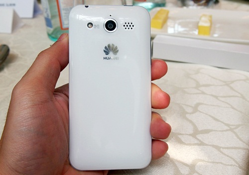 We could not help but notice the slight similarity in appearance to the white Apple iPhone 3GS. You can also find an 8-megapixel camera at the back of the Honor. As the unit is a pre-production prototype, we were unable to assess its imaging performance.
