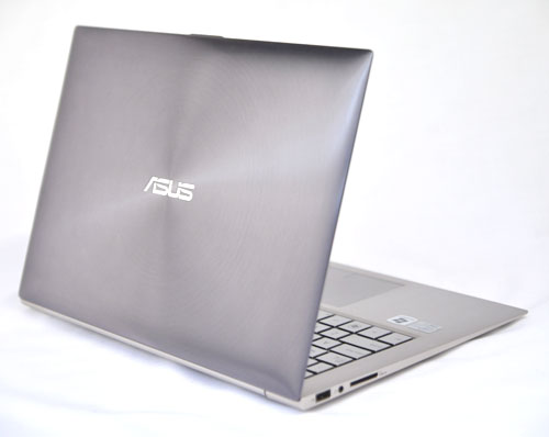 There are very little flexible parts in this machine because Asus opted to use aluminum throughout most of the notebook.