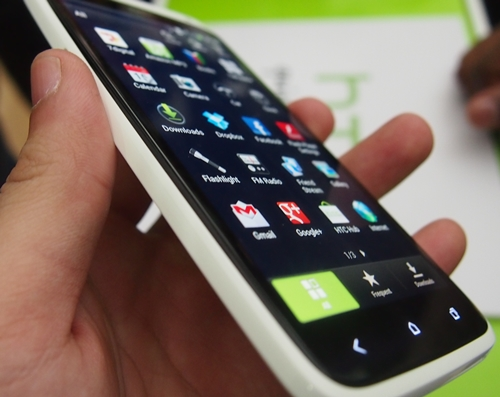Similar to what we have seen on the Nokia N9 and Lumia 800, the glass wraps around the edges, giving it a very good feel to the HTC One X.