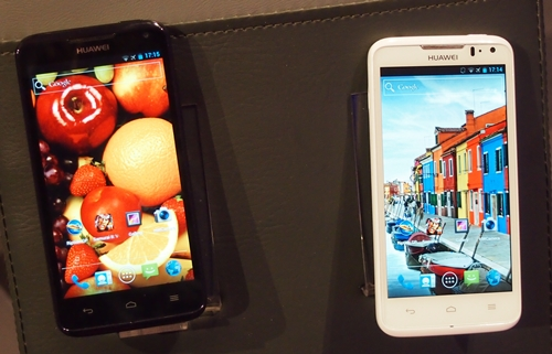 Guess which is the Huawei Ascend D1? Even we had a hard time telling the difference. The Huawei Ascend D1 is the device on the right.