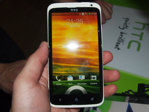 Do not fear scratches on the 4.7-inch display as HTC reinforced it with 3D Corning Gorilla Glass. Despite its size, the HTC One X feels extremely comfortable in the hands, thanks to its well built chassis.