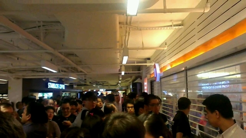 Over 450 people queued up outside M1 flagship store at Paragon for the Samsung Galaxy S III.
