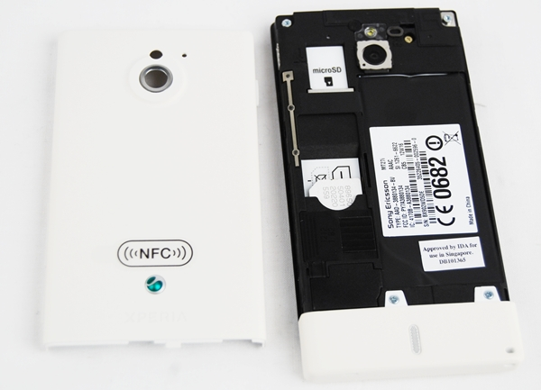 It takes some time to get used to putting and removing the battery cover on the Sony Xperia Sola. However, note that the battery is non-removable and you gain access only to insert/remove your SIM card and microSD card.