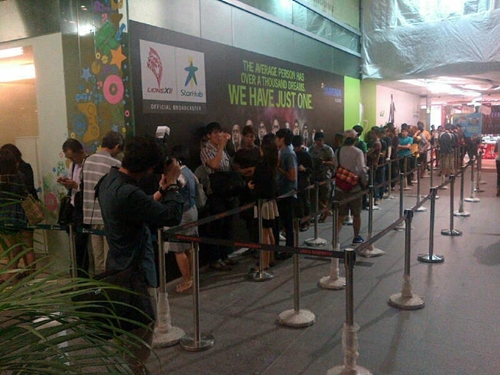 Within an hour, a huge crowd began to form outside the StarHub Shop at Plaza Singapura.