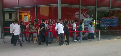 The queue outside SingTel ComCentre was surprisingly short at 6.10pm when we stopped by for a status check.
