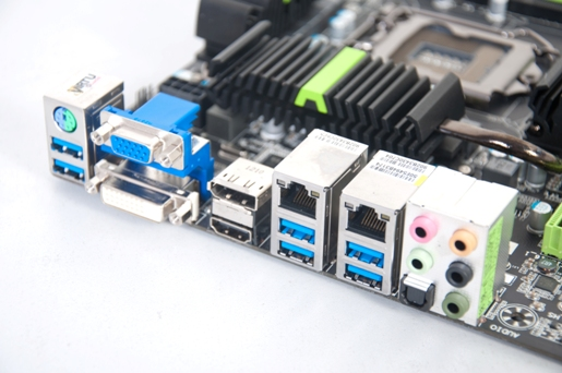 The rear side is rich in terms of connectivity, coming with a complete set of video out connectors, four USB 3.0 ports, and two Gigabit Ethernet terminals, together with a PS/2 keyboard-mouse combo port and 5.1-channel audio jacks.