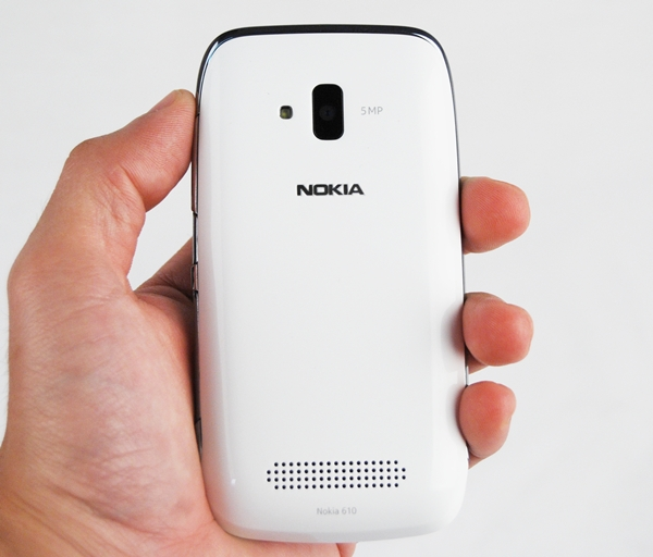 Unlike the matte cover of the Nokia Lumia 710, the Lumia 610 uses a glossy back cover which unsurprisingly attracts smudges and fingerprints easily. On this white edition of the phone, you can't really notice it much, but it's all there.