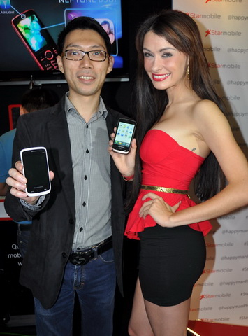 Starmobile President Michael Chen, and Brazilian model and TV personality Daiana Menezes, pose for the camera while showing off Starmobile handsets.