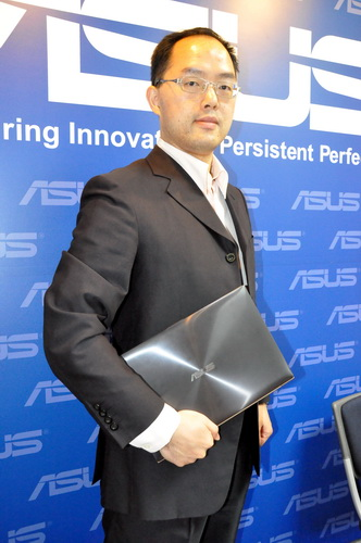 Mr. George Su, the new Country Manager of ASUS Philippines, posing for the camera with the ASUS Zenbook UX31A Ultrabook.