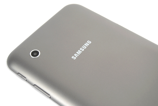 The metallic looking back of the Samsung Galaxy Tab 2 (7.0) is resistant to fingerprints and smudges. It is also pleasing to the touch. Take note that the 3MP camera at the rear is of the fixed focus type.