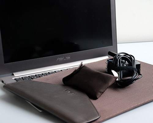 The power brick of the Zenbook Prime's charger is notable due to its similarity with the MacBook's power brick. To accompany it in a fashionable way, ASUS has included its very own stylish case that goes very well with the notebook sleeve provided.