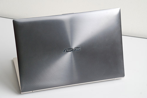 The unique aluminum finish and darker color of the Zenbook Prime's cover gives off a very nice premium distinction.