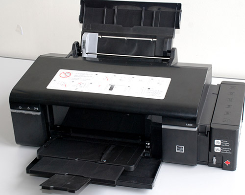 Here is a photo of the L800 in all its glory. The input paper tray can hold around 120 sheets of A4 paper or 20 sheets of premium glossy photo paper, while the output paper tray can hold around 50 sheets of A4 paper.