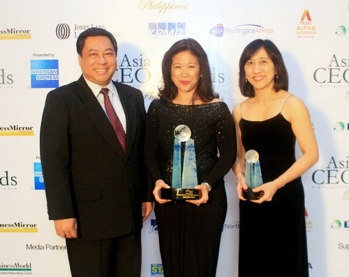 Receiving the Top Employer Organization Award were IBM Philippines President and Country General Manager, Mariels Almeda Winhoffer (center), together with Dod Peralta, Director for IBM Global Delivery Center, and Cassandra Soto, Director for IBM Global Process Services.