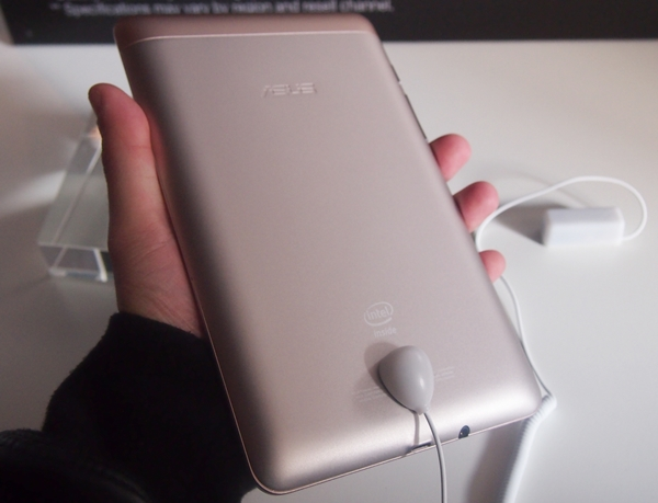 Despite its affordable price tag, ASUS did not sacrifice on the build quality of the FonePad. Its rear metallic back with tapered sides gives the device a great feel and handling.