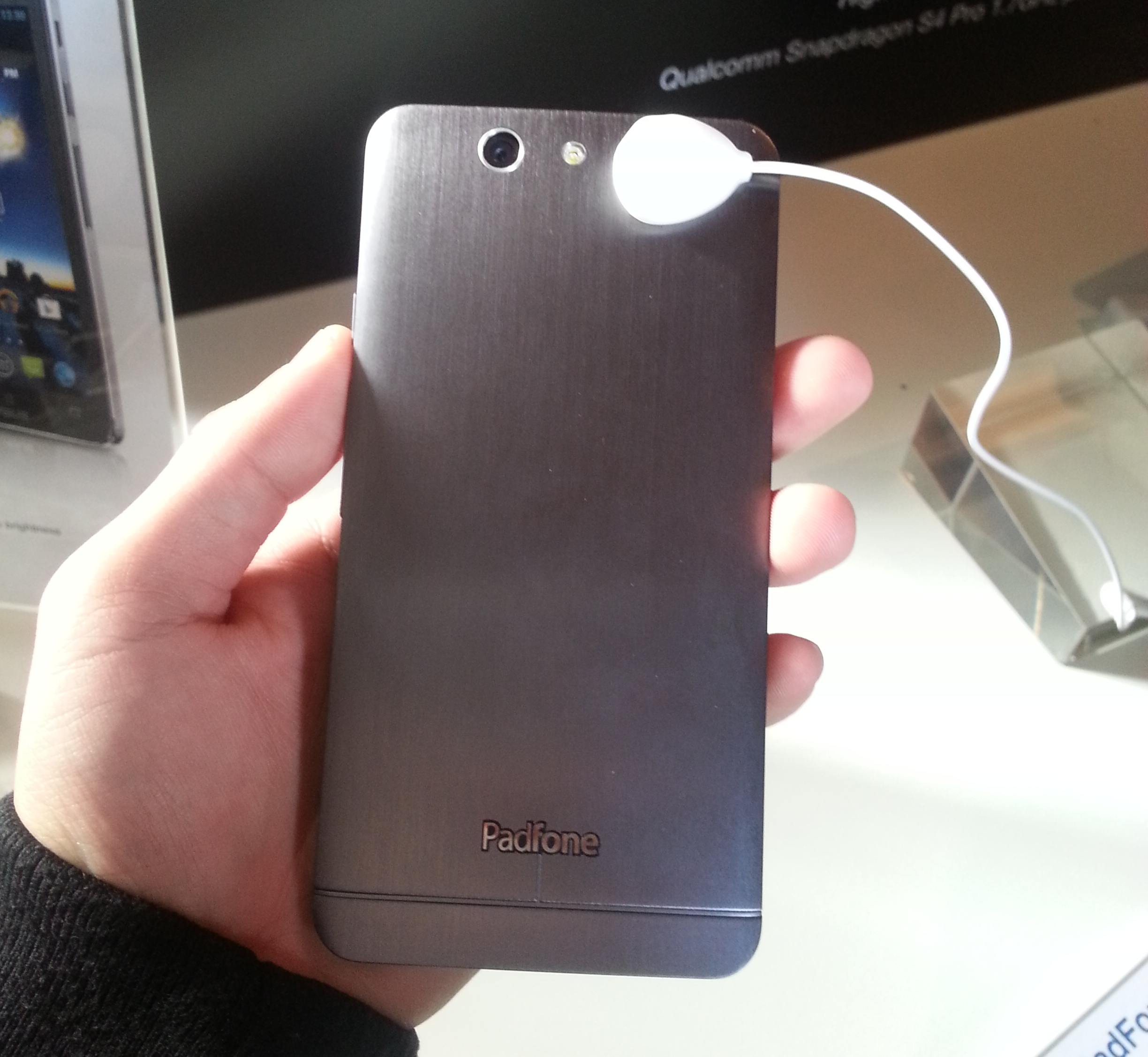 The brushed metallic finish on the back of the ASUS PadFone Infinity feels and looks really nice.