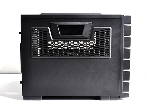 On to its side, we have holes for airflow and side handles for easy handling and carrying of the case.