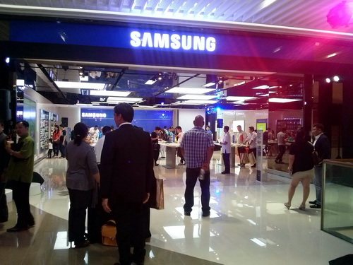 The new Samsung store at SM Aura in Taguig opened its doors to the public last month.