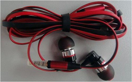 The bundled flat cable earphones of the ELIFE E3.