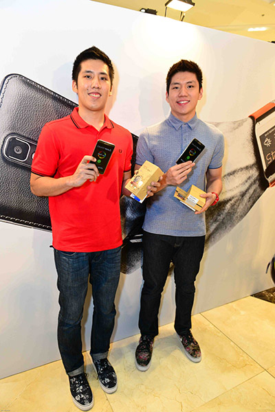 (Left to right) Teng brothers Jeric and Jeron showing off their new Samsung Galaxy Note 3 smartphones.