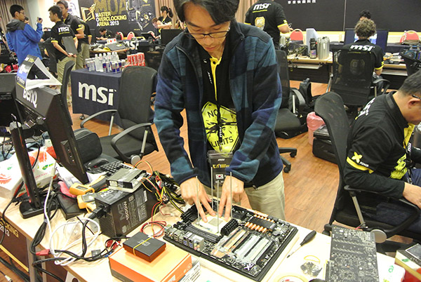 In the Freestyle Battle, participants were allowed to use their own equipment. oc_windforce made use of his own motherboard, processor, and memory kit.