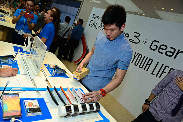 UAAP basketball star Jeron Teng browsing through the different cases for the Samsung Galaxy Note 3.