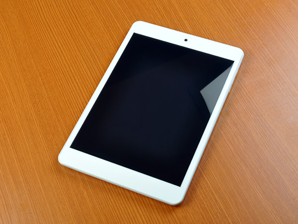 The Engage 8 Quad is very iPad-like, with an all-white front, solid aluminum back, and fairly thin bezels.
