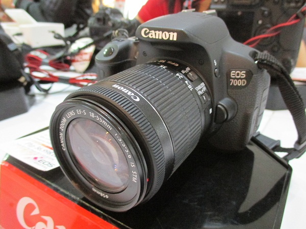 The Canon 700D with EF-S 18-55mm f3.5-5.6 IS STM lens sells for PhP 36,998.