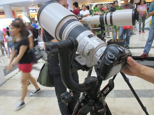 PhotoWorld Asia 2014 visitor are free to test this Canon EOS 5D with telephoto lens.