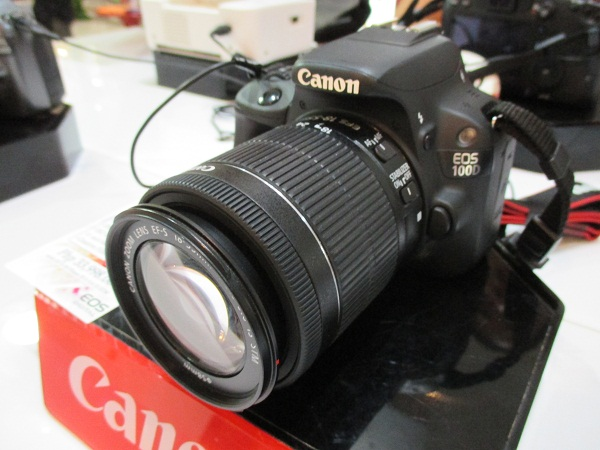 The Canon 100D with EF-S 18-55mm f3.5-5.6 IS STM lens costs PhP 33,998.