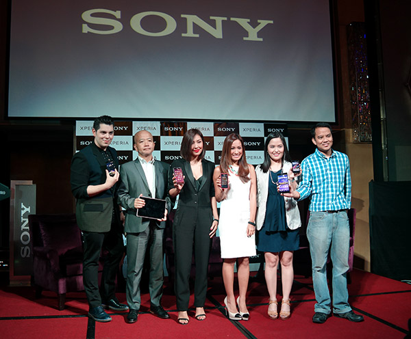 Sony executives share the stage with host Raymond Gutierrez and brand ambassadors Liz and Laureen Uy to pose with the new Xperia products.