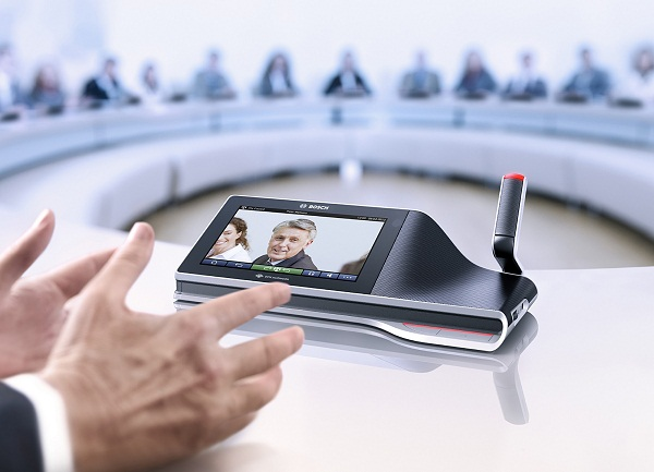 a hybrid system for multimedia conferencing Rapport is a multimedia conferencing system which exe- cutes on a collection of   additional discussion on these techniques and hybrid approaches.
