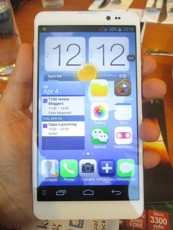 The bigger relative of the T100, the T200 presents a 6-inch touchscreen.