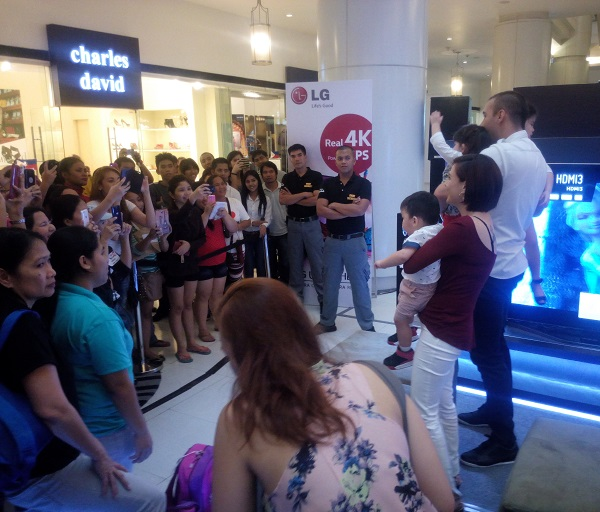 Team Kramer let their fans take photos at the LG Ultra HD TV Roadshow Launch in Eastwood Mall.