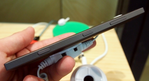 We find the Lumia 830 to be reasonably thin at 8.5mm. You can see a dedicated camera hardware button at the bottom right side of the phone.