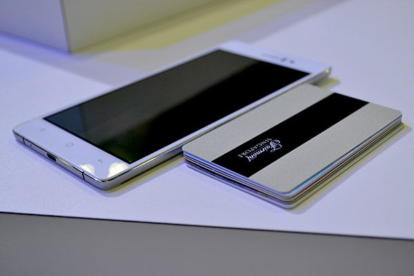 The R5 is just as thick as six cards stacked together. Talk about slim.