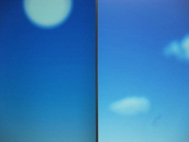 This demonstration shows the difference in terms of quality of the image projected on an optical projection screen (left) and the traditional white screen (right). An optical projection screen enhances the contrast and color of the image. The image on the white screen appears washed out.