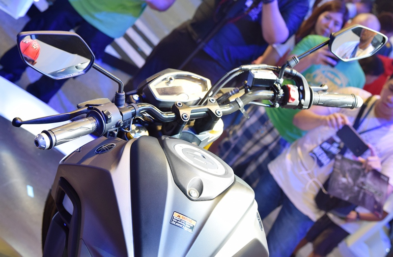 The wide handle bar helps in encouraging an upright riding position.