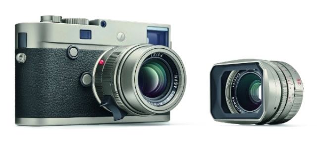 The Leica M-P TITANIUM limited edition set comes with two lenses.