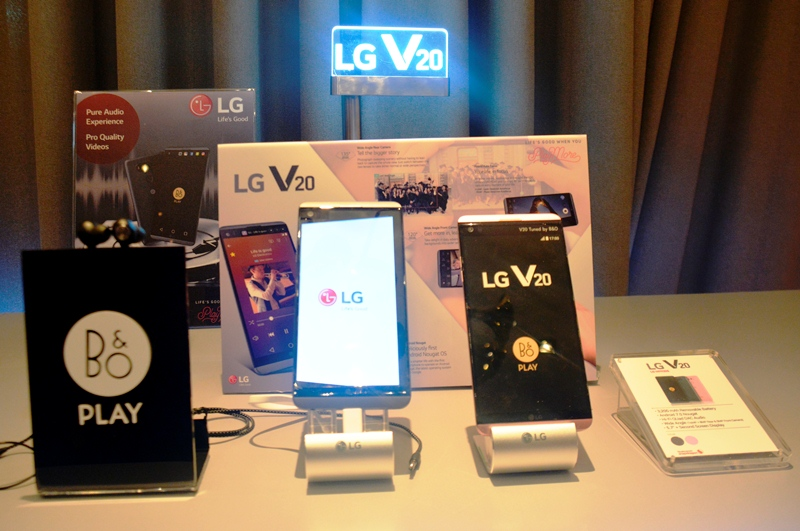 The LG V20 together with the B&O Play earphones.