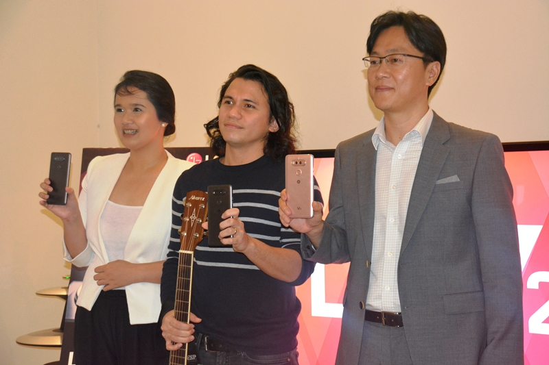 LG Philippines Product Marketing for Mobile Communications Faith Mijares, Sponge Cola vocalist Yael Yuzon, and LG Vice-President for Mobile Communications Jay Won presenting the LG V20 in the Philippines.