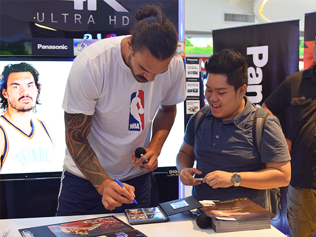 A lucky fan had his NBA cards signed by Steven Adams.